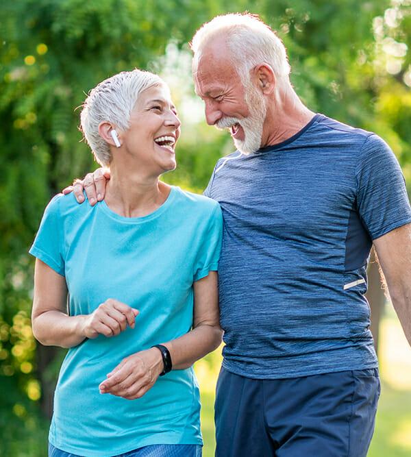 Ein älteres Ehepaar lacht