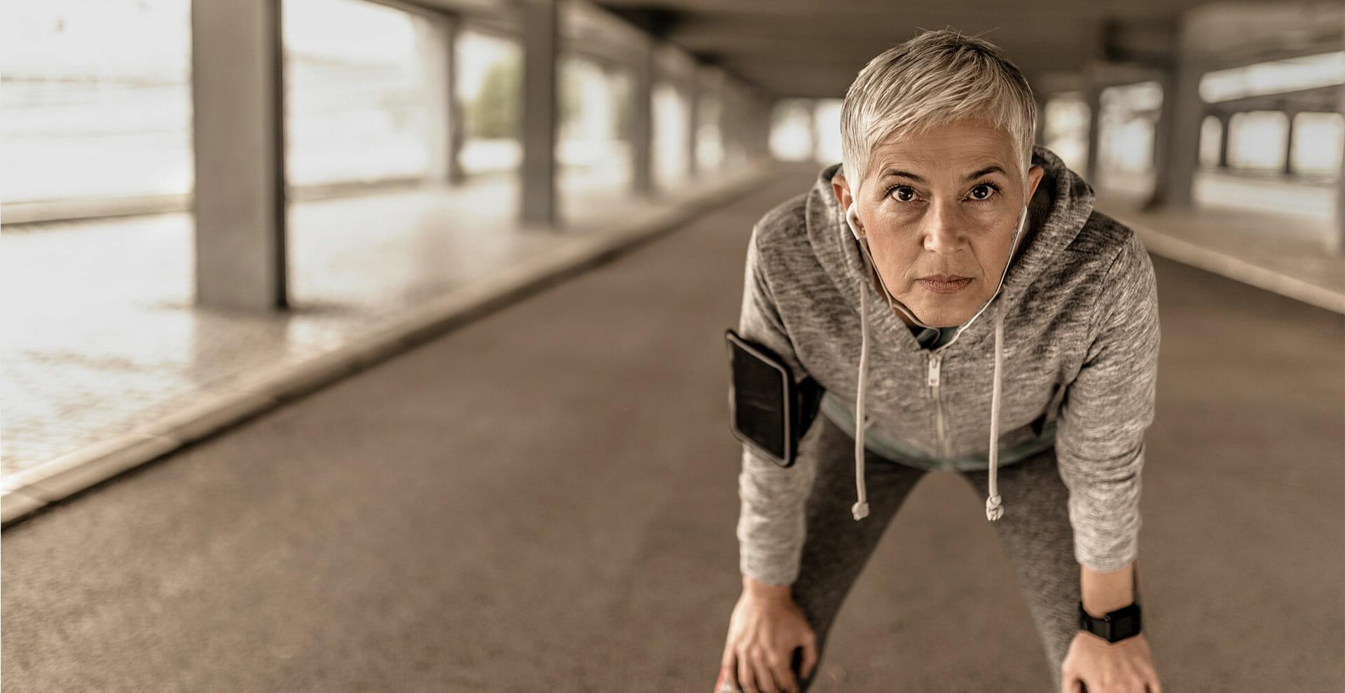 Ältere Frau macht eine Pause