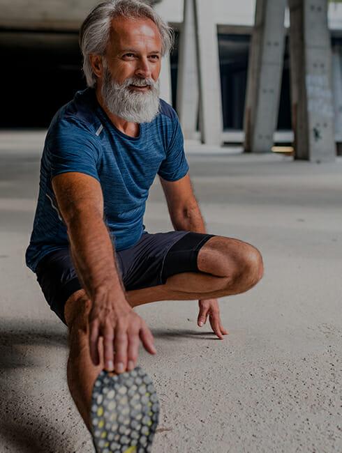 Ein älterer Mann dehnt sich